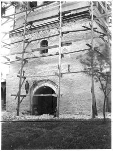 """urnul clopotniță al Mănăstirii """"Sf. Ioan cel Nou"""", Suceava, în timpul lucrărilor de restaurare, foto Horia Teodoru, 1939."""