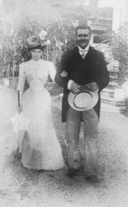 Ilie I. Niculescu-Dorobanțu (1873-1943), om politic liberal și prefect de Ilfov, a fost președintele Consiliului de administrație al Băncii Ilfov. S-a căsătorit în 1900 cu Tațiana Brătianu (1870-1940), una dintre cele patru fiice ale lui Ion C. Brătianu. Au avut un singur fiu, Ion I. Niculescu-Dorobanțu (1901-1922). Printre proprietățile lor se număra și conacul Darvari, din apropierea Bucureștiului © Biblioteca Academiei Române, Cabinetul de stampe.