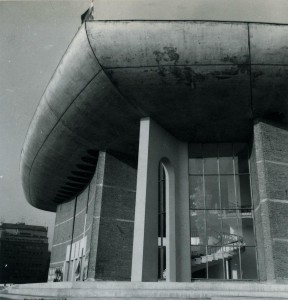 Detaliu de fațadă a Sălii Mari a TNB, arh. Horia Maicu, Romeo Belea și colectiv; vedere de la mijlocul anilor '70 (arhiva foto a UAR)