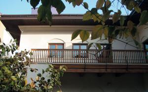 Fațada principală, către grădina cu flori-curtea mică, clădire de locuit perioada interbelică, str. Emile Zola (arh. Octav Doicescu);