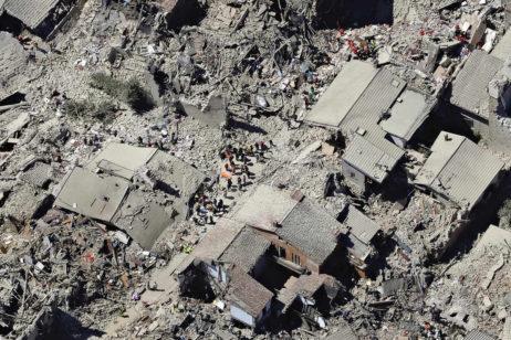 Fig 4-5: Centrul istoric al oraşului Amatrice după cutremurul din 2016 / The historic center of Amatrice after the 2016 earthquake  Distrugerile produse de cutremur în Accumoli / Damages produced by the earthquake in Accumoli