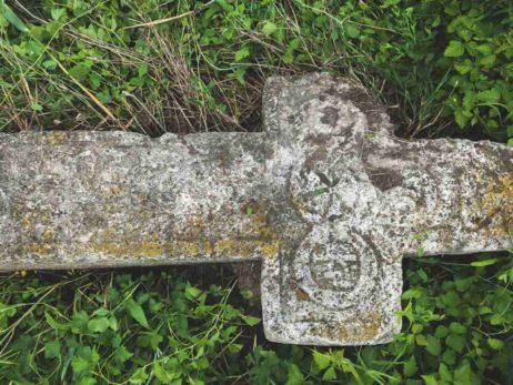 Fig. 21 Fragment de cruce de secol XIX, Odaia, Călăraşi. Deşi crucea prezintă o degradare vizibilă, se pot recunoaşte: motivul Soarelui şi cel al Sfintei Treimi, Triunghiul, care este schematic dăltuit în partea superioară.