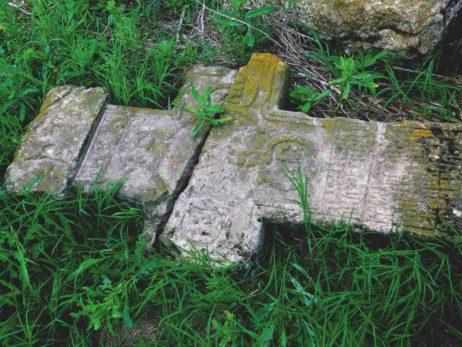 Fig. 23 Cruce de secol XIX, monument spart şi dislocat, în apropierea satului Odaia, Călăraşi.