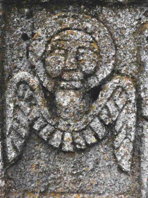 Fig. 39 Detaliu cruce de secol XIX tratată în ronde-bosse (vedere spate, a se vedea Fig. 37), cimitirul parohial Ştefăneşti, Călăraşi. Se constată înrudirea stilistică a îngerilor din satul Ştefăneşti (Călăraşi), cu cel din Dealul Istriţei, semnalat de Paul Petrescu şi Georgeta Stoica, în Dicţionarul de artă populară; precum şi structura asemănătoare a rocii (Fig. 40)