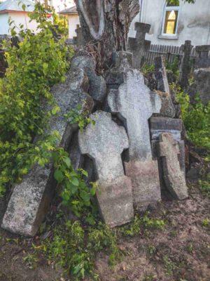Fig. 42 Cruci dislocate din cimitirul de la Odaia, Călăraşi