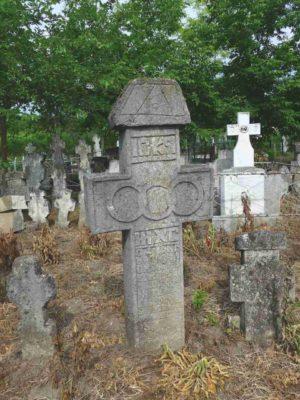 Fig. 44 Cruce de secol XIX, Odaia, Călăraşi, cimitirul parohial. Este o cruce masivă, pe care se disting: o stilizare concisă  a celor trei cercuri legate şi pe capitel, schematic incizat, simbolul Ochiului atotvăzător, înscris în Triunghi