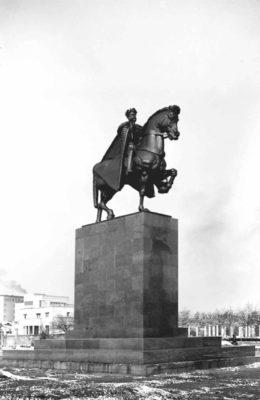 Monument of King Ferdinand I, raised in 1940, demolished in 1948. Sculptor: Ivan Meštrović,  Monumentul Infanteriei, ridi