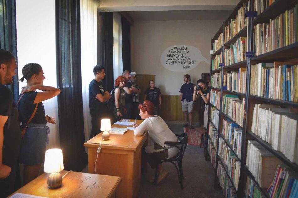 Suzana Dan presenting Romanul colectiv [Collective Novel], an installation located in Marian Novac Library, Petrila Mine Training School.