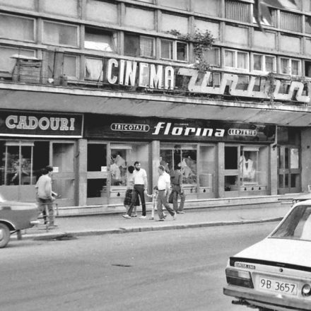 Cinema Union and shops, in the '80s (Andrei Bârsan, Cinema next to each other, 14 Aug 2015, www.abujie.ro/cinema-unul-langa-altul)