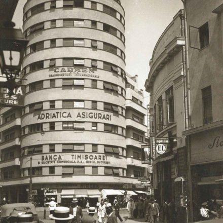 Intersecția Doamnei cu Academiei, imobilul Adriatica și corpul sudic al Galeriilor Blanduziei, cca. 1936. Sursa foto: Europe 1900 archive