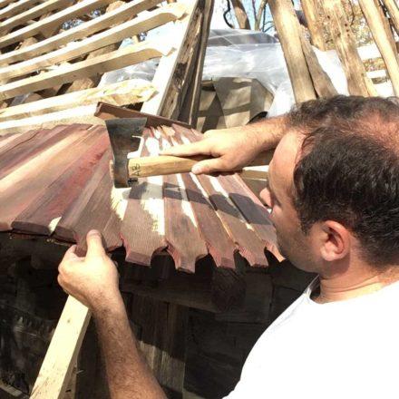 În timpul unui curs practic pentru voluntari - detaliu de montaj al șindrilei horjite la biserica din Brusturi, comuna Creaca, județul Sălaj