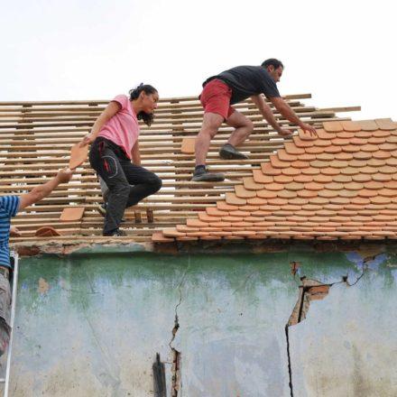 Restaurarea acoperișului unei case tradiționale în timpul școlii de vară de la Apoș