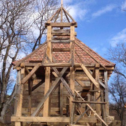 Turnul clopotniță și biserica de lemn din Groșnari, comuna Jibert, județul Brașov în timpul intervenției de restaurare. Proiect realizat în echipă cu arh. Liviu Gligor