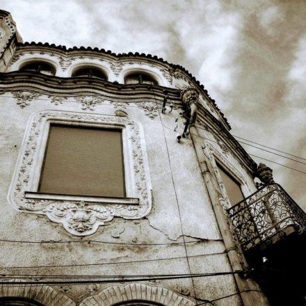 Palatul Adorján I, 1903-1904, arhitecți Marcell Komor şi Dezső Jakab, Strada Patrioţilor, nr. 6 şi Strada Moscovei, nr. 4; decorație fațadă