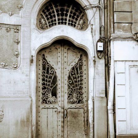 Palatul Adorján I, 1903-1904, arhitecți Marcell Komor şi Dezső Jakab, Strada Patrioţilor, nr. 6 şi Strada Moscovei, nr. 4; intrare imobil