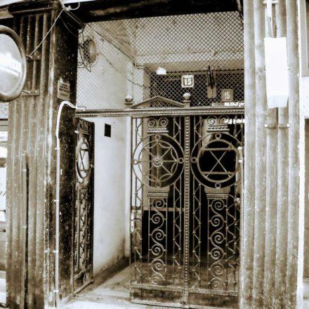 Casa Weiszlovits, 1910-1911, arhitect Frigyes Spiegel,  Strada Republicii, nr. 15; detaliu intrare