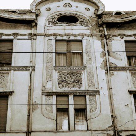 Palatul Füchsl, 1902-1903, arhitecți Zoltán Bálint şi Lajos Jámbor (din Budapesta), antreprenor Vilmos Rendes, Strada Independenţei, nr. 11-13; detaliu fațadă
