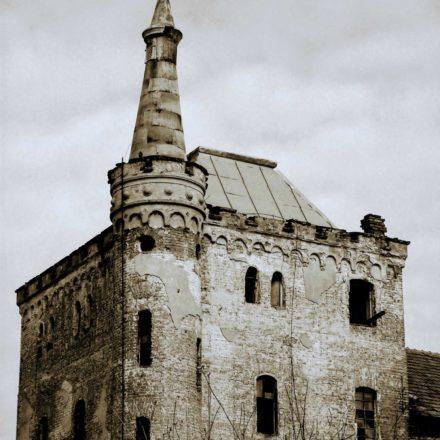 Distileria Moskovits, sfârşitul sec. al XIX-lea, aproape ruinată, Strada Sucevei colț cu Strada Crinului; clădire industrială cu imagine romantică, de castel