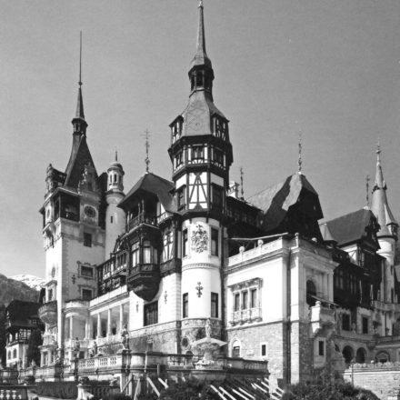 Castelul Peleș din Sinaia, 1875-1883, arh. Wilhelm von Doderer și Johannes Schulz, amplificat și redecorat între 1896-1914, arh. Karel Zdeněk Líman